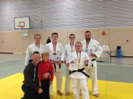 Im Judogi von links nach rechts: Ruben Hubrig, Joscha Meyer, Lennart Scharff, Hanna Olsson, Rudi Vogt